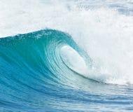 Stor våg som bryter - sommarbakgrund Arkivfoto