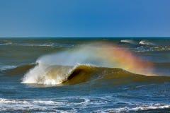 Stor våg som bryter - sommarbakgrund arkivbilder