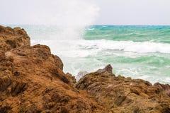 Stor våg som kraschas om den steniga kusten Arkivfoto