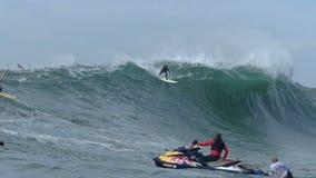 Stor våg som surfar på ensamvarger i ultrarapid arkivfilmer