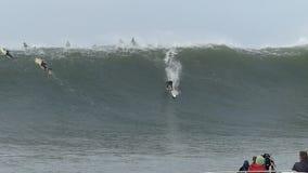 Stor vågsurfare Joshua Ryan Surfing Mavericks California arkivfilmer