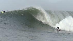 Stor vågsurfare Tom Lowe Surfing Mavericks California arkivfilmer