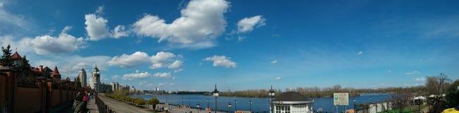 Stor vårpanoranasikt av floden och himmel och invallning Arkivbilder