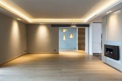 Stor vardagsrum i modern lägenhet royaltyfria bilder