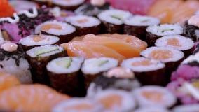 Stor variation av sushi på en platta stock video