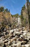 Stor vattenfall bland skogsikten arkivfoto