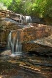 stor vattenfall för skog arkivbild