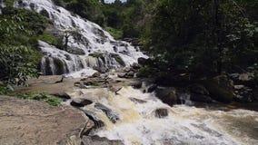Stor vattenfall för skog i Chiang Mai, Thailand lager videofilmer