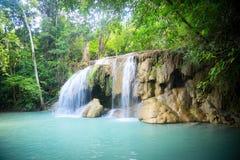 Stor vattenfall i djungeln Arkivbilder