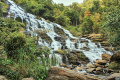 Stor vattenfall i tropisk regnskog Arkivfoto
