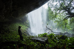 Stor vattenfall och grotta arkivbilder