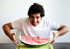 stor vattenmelon för holdingmanskiva Royaltyfria Foton