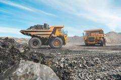 Stor villebråddumper Ladda vagga i dumper Ladda kol in i kropp åka lastbil Användbara mineraler för produktion bryta arkivbilder
