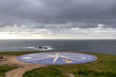 Stor vind steg på sjösidan i en Coruña, Galicia, Spanien Nautisk symbology royaltyfri bild