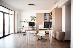 Stor vinkelsikt Inre av ett tomt modernt kontor royaltyfri fotografi