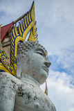 Stor vit Buddha med himmelbakgrund Royaltyfria Bilder