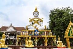 Stor vit buddha staty och guld- buddha staty Arkivbilder