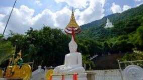 Stor vit buddha staty på berget Arkivbild