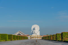 Stor vit Buddhabild i Saraburi, Thailand royaltyfri bild