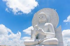 Stor vit Buddhabild i Saraburi, Thailand Fotografering för Bildbyråer