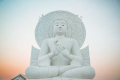 Stor vit Buddhabild i Saraburi, Thailand arkivbild