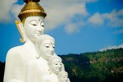 Stor vit Buddhastaty med bakgrund för berg och för blå himmel Fotografering för Bildbyråer
