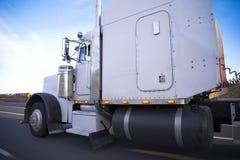 Stor vit klassisk kraftig rigghalv-lastbil 18 wheler som högt kör Royaltyfri Bild