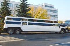 Stor vit limousine limousineen för hyra Arkivfoto