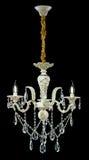 Stor vit ljuskrona med stearinljus som isoleras på svart bakgrund Royaltyfri Bild