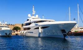 Stor vit modern motorisk superyacht i hamnstaden av Rhodes Greece royaltyfria bilder