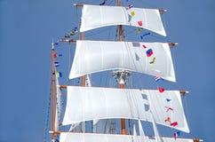 Stor vit seglar lyftt Royaltyfria Bilder