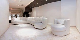 Stor vit soffa arkivbilder