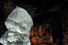 Stor vit stalagmit Arkivfoton