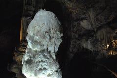 Stor vit stalagmit Arkivbilder