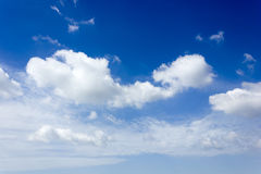 Stor vitt moln och bluesky Arkivfoton