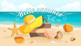 Stor vykort, härligt landskap, havsstrand, strandpåse, strandhatt, kiselstenar SunbursttextHello sommar också vektor för coreldra Arkivbild