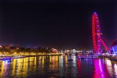 Stor Westminster för ögonhjulThames River natt bro London England Fotografering för Bildbyråer