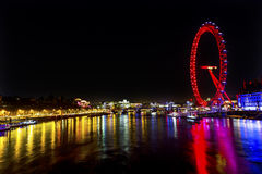 Stor Westminster för ögonhjulThames River natt bro London England Arkivfoto