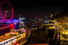 Stor Westminster för ögonhjulThames River natt bro London England Arkivbild