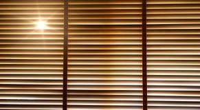 Stor, wieczór słońca światła nadokienne story, światło słoneczne i cień na nadokiennej storze outside drewniani, zdjęcia royalty free