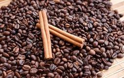 Stora aromatiska kaffebönor, aniskrydda för sötsaker, kakor, kanelbruna pinnar och kryddnejlikor Olika sorter av kryddor royaltyfria foton