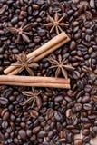 Stora aromatiska kaffebönor, aniskrydda för sötsaker, kakor, kanelbruna pinnar och kryddnejlikor Olika sorter av kryddor royaltyfria bilder