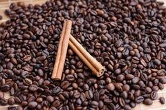 Stora aromatiska kaffebönor, aniskrydda för sötsaker, kakor, kanelbruna pinnar och kryddnejlikor Olika sorter av kryddor royaltyfri foto