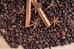 Stora aromatiska kaffebönor, aniskrydda för sötsaker, kakor, kanelbruna pinnar och kryddnejlikor Olika sorter av kryddor arkivbild