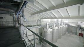 Stora behållare i industrianläggningen stock video