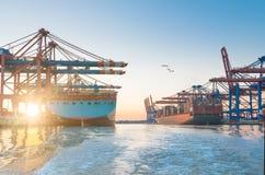 Stora behållareskepp i hamn med härlig solnedgång Fotografering för Bildbyråer