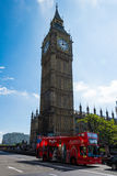 Stora Ben With en röd buss Arkivbild