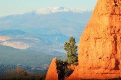 Stora berg i horisonten och ett härligt grönt träd Forntida Romansminer Royaltyfri Fotografi