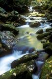stora berg saktar vitt rökigt vatten Arkivfoton