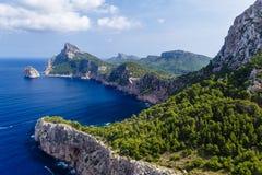 Stora berg som upprätt bildar, mycket höga kuster royaltyfria bilder